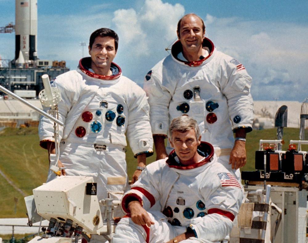 阿波羅17號宇航員(左起:施密特、塞爾南(坐)、埃萬斯)