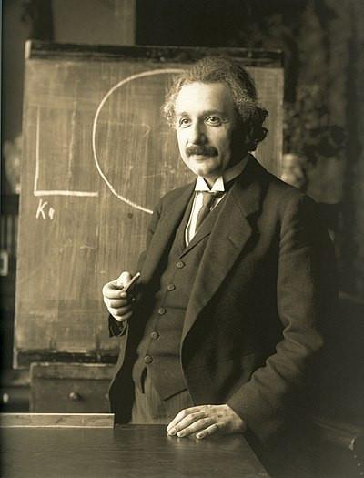 1921年,由費迪南德·施穆策攝影的演講中的愛因斯坦