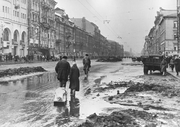 1942年圍城期間涅瓦大街上的列寧格勒市民