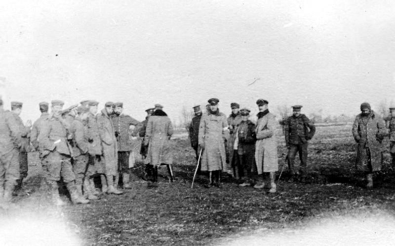在非正式休戰期間,德英兩方軍隊於無人地帶會面。