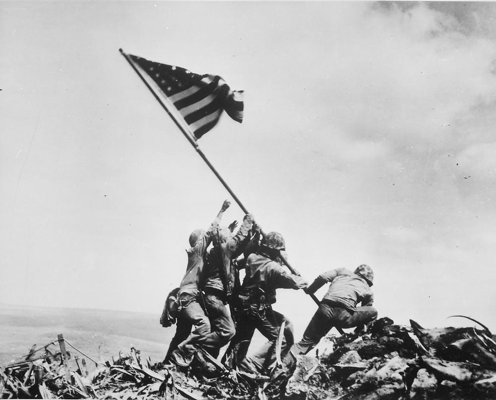 美軍士兵在硫磺島摺鉢山上豎起國旗