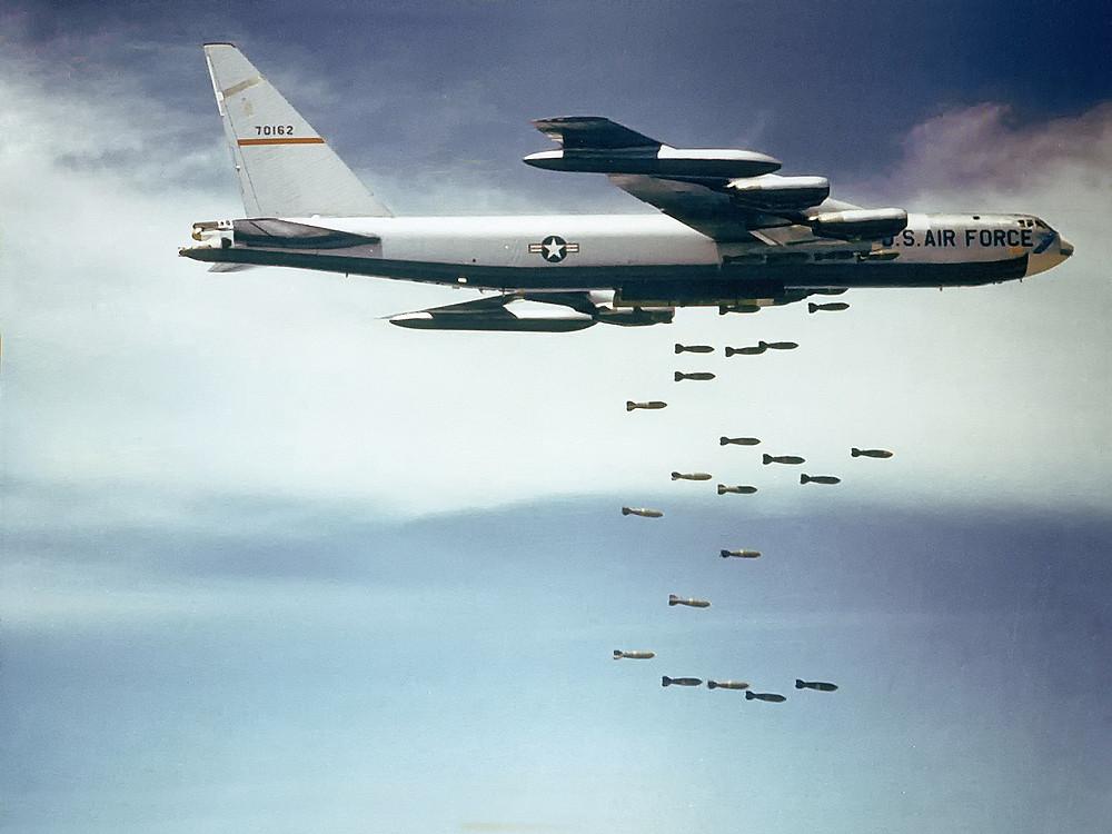 投彈中的B-52戰略轟炸機