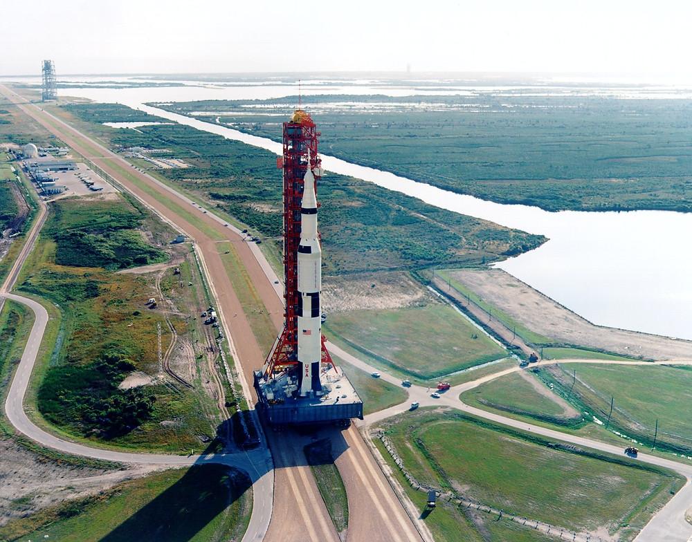 阿波羅8號被拖入39A號發射台,攝於1968年10月9日。