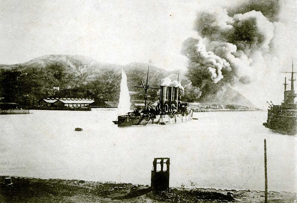 位於旅順口的俄國帕拉達號防護巡洋艦起火