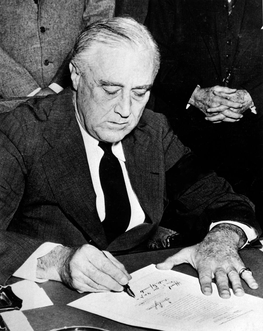 羅斯福總統簽署對日戰爭聲明,1941年12月8日攝