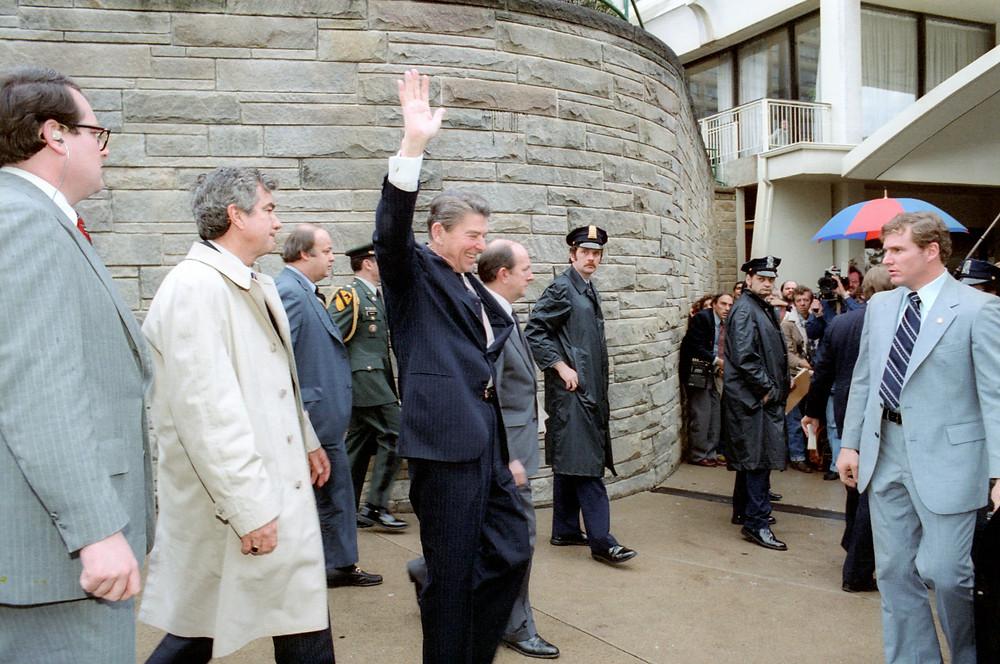 總統雷根中槍前向群眾揮手
