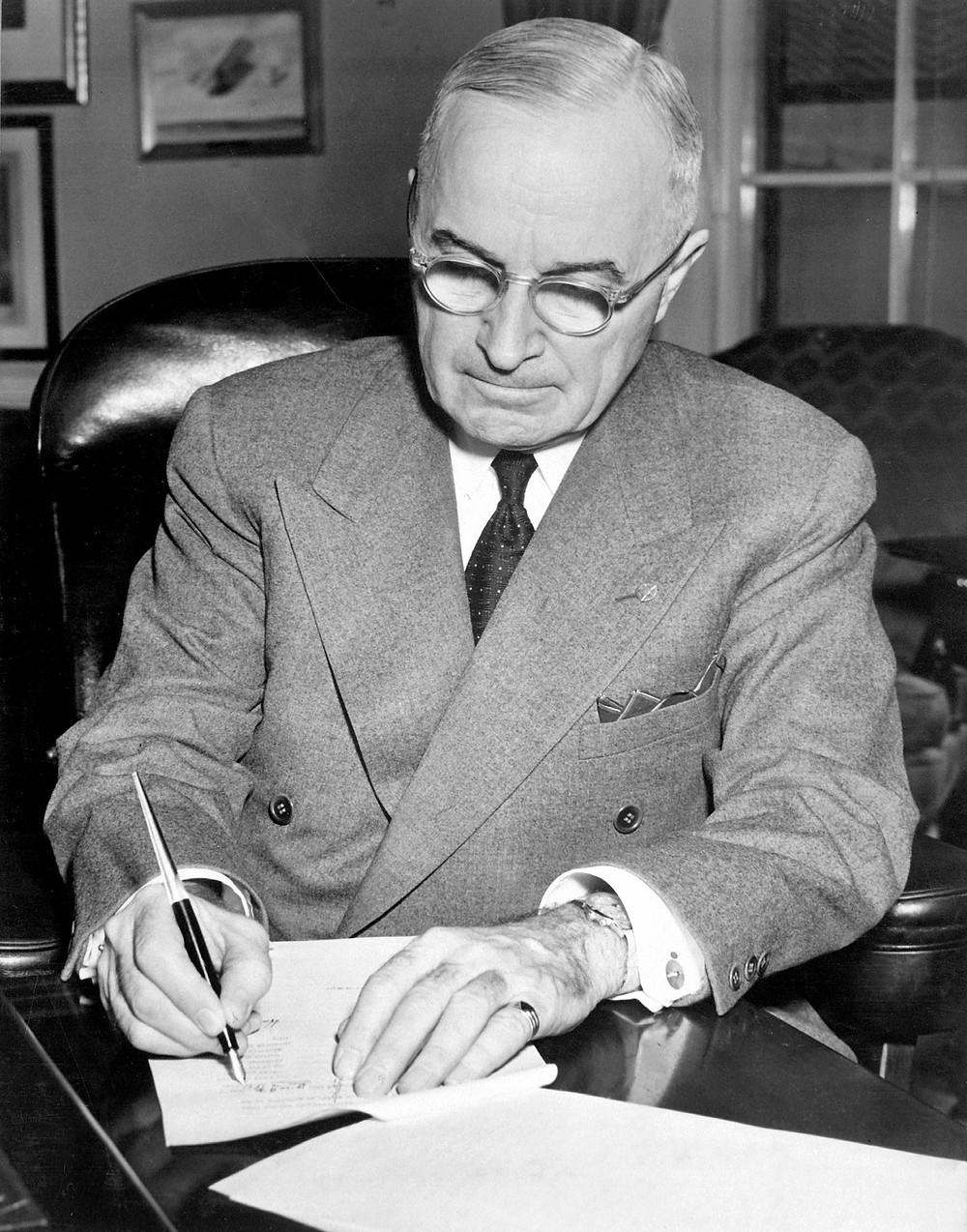 圖為杜鲁门总统正在簽署法案