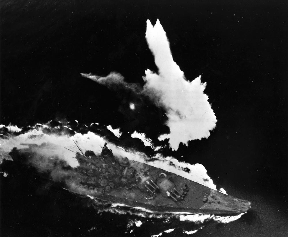 大和號戰艦受到攻擊,其艦身後部起火,由於受到魚雷攻擊而部分沉沒。