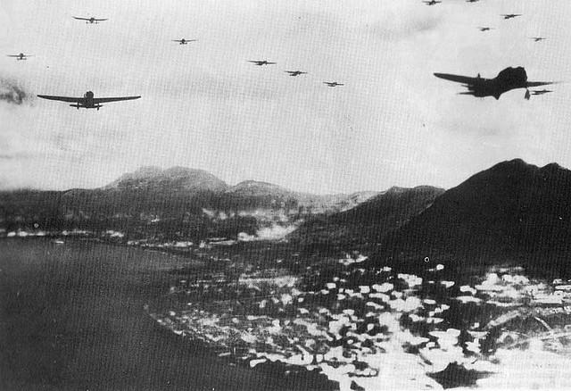 日軍機隊飛越香港島北岸。