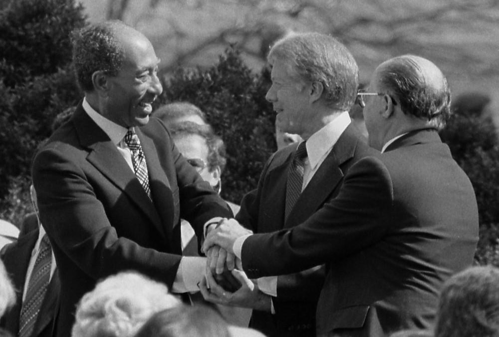 薩達特、卡特和貝京在簽署儀式握手