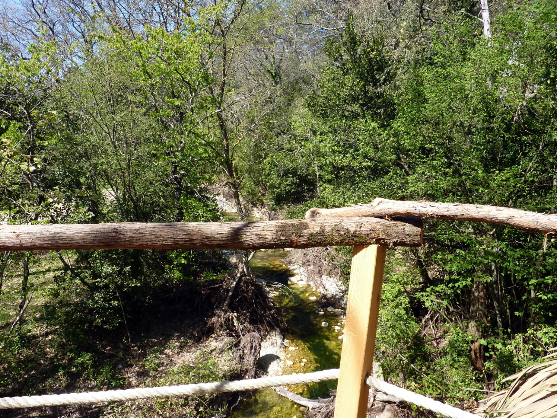 Cabane-Bastidane-carrement-sur-le-ruisseau.jpg