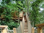 La cabane du Varon Lou Cagnard peut acceuillir 4 personnes. Elle est située près du parc des ânes