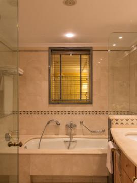 bathroom.jpg;width=1920;height=1080;mode