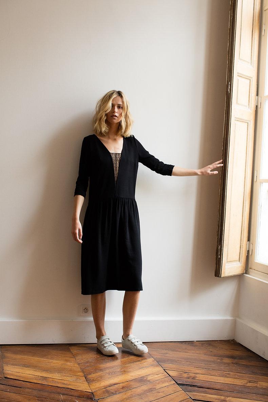 petite robe noire longue avec dentelle