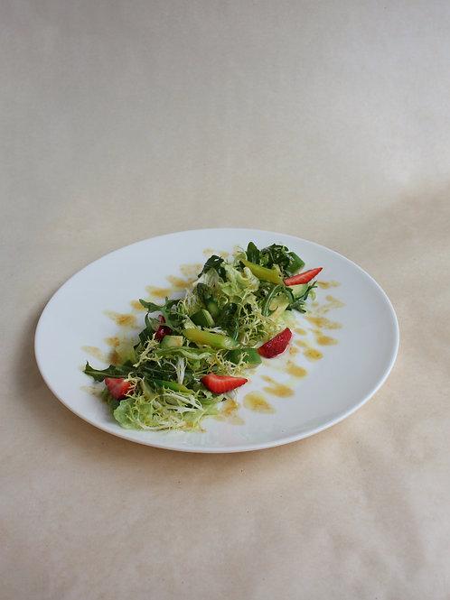 Зеленый салат со спаржей, клубникой и авокадо