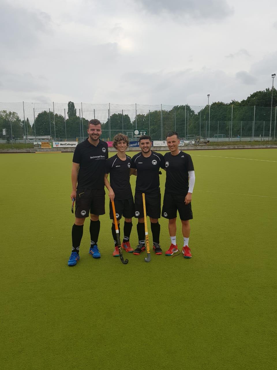 Ian (Mitte links) und Manuel spielten bei den 2. Herren an der Seite von Hockeyobmann Max und Coach J-C