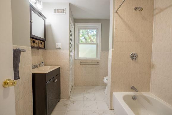 13-1st-floor-bathroom-1jpg