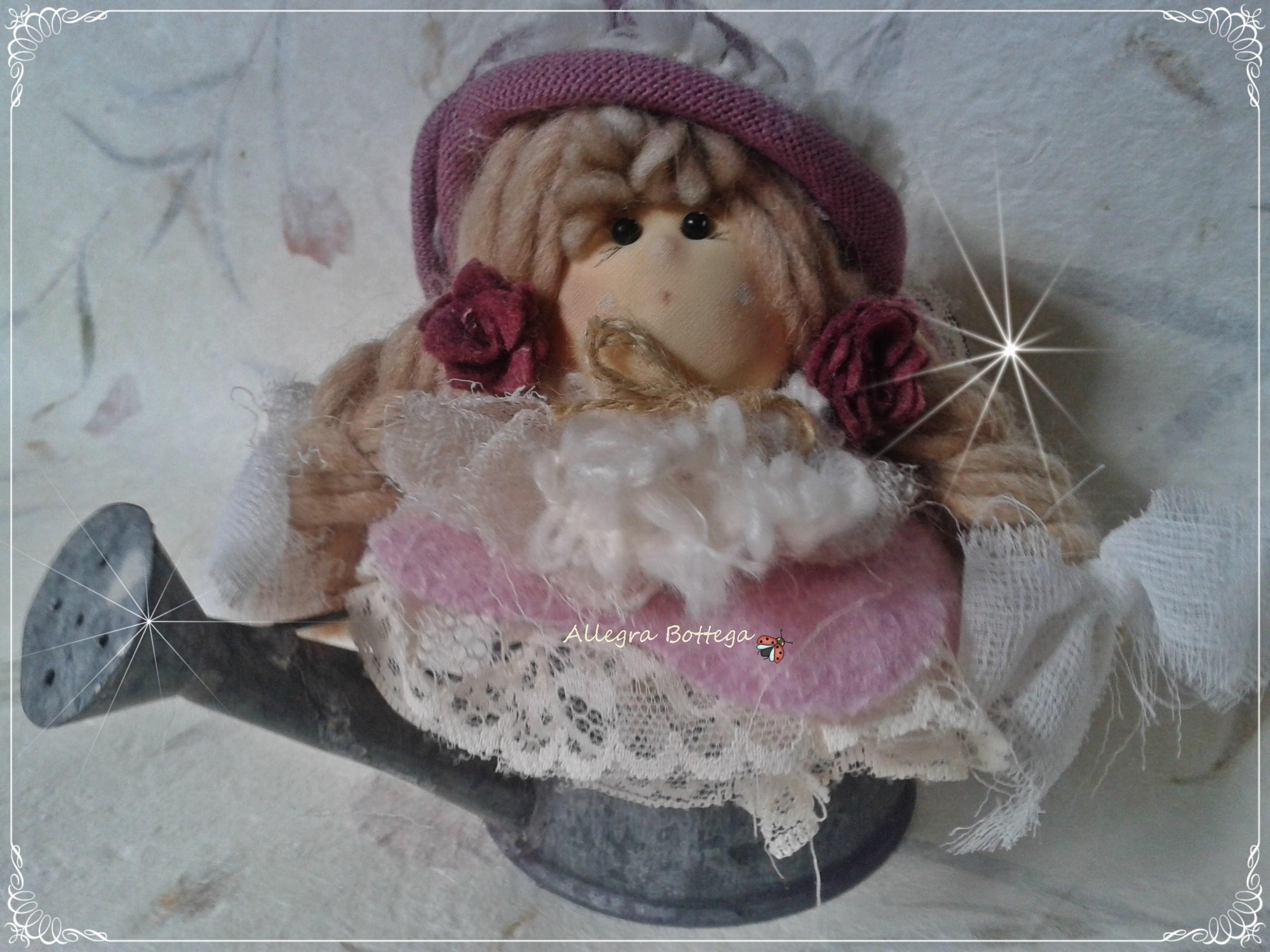 Bambolina nell'annaffiatoio