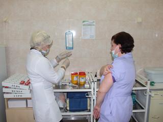 Медицинские работники прививаются от COVID-19