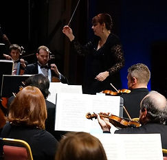 Picture of Elaine Rinaldi conducting an orchestra