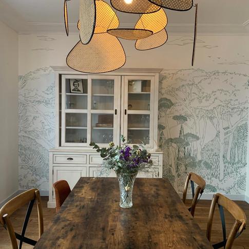 Salle à manger, fresque et luminaires