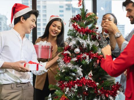 Noël au bureau : offrir un cadeau à ses salariés