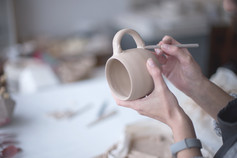 Potter mujer haciendo taza