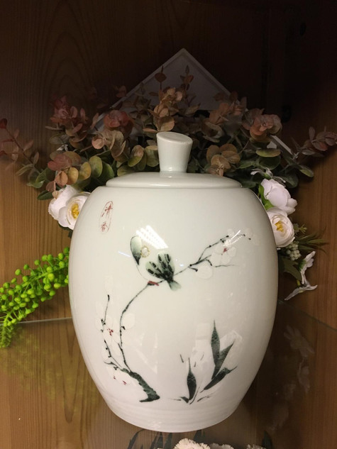 White Urn 9 | 11cm diameter x 19cm