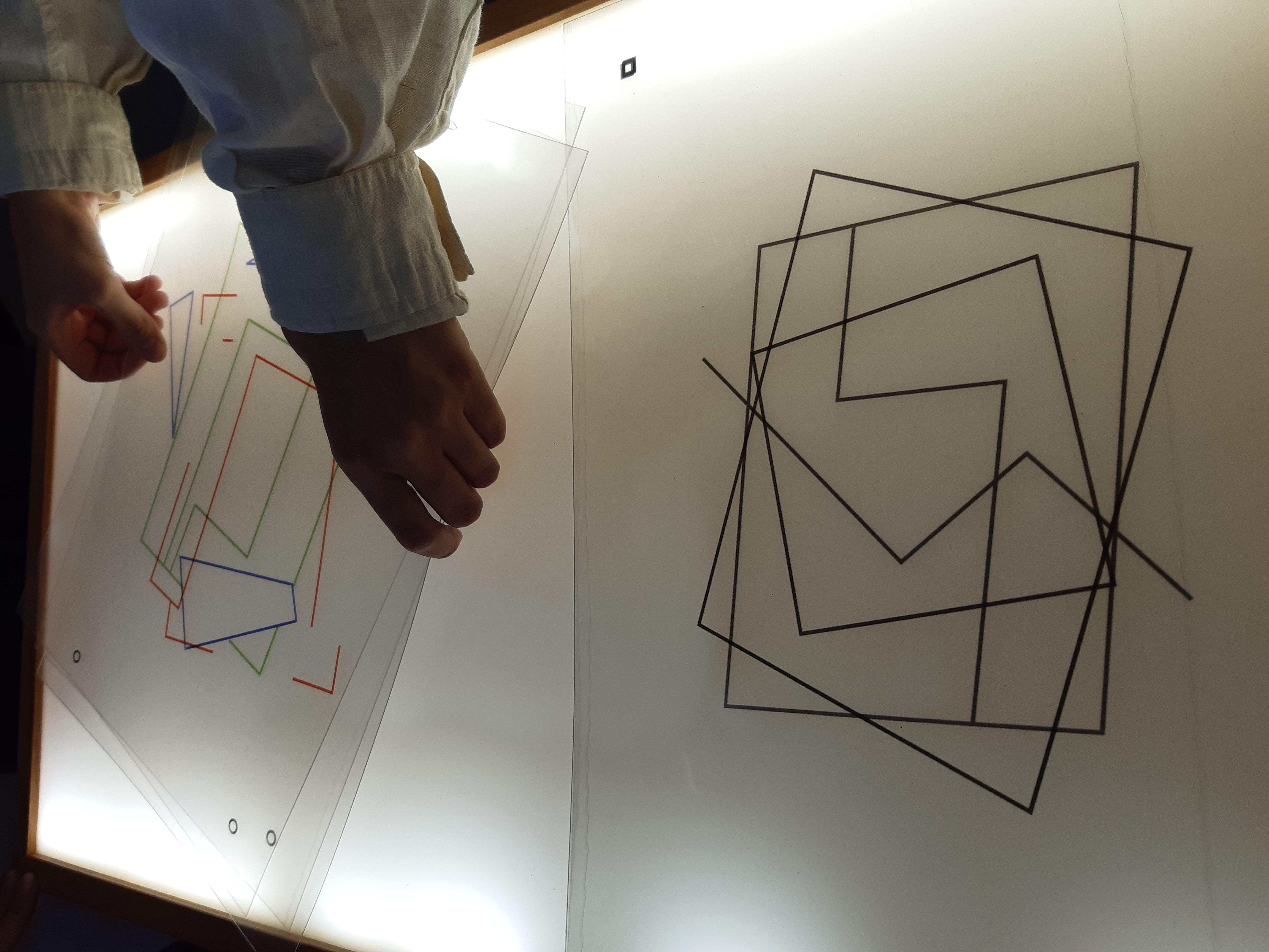 Jogo de encaixes com transparências - composição cubista