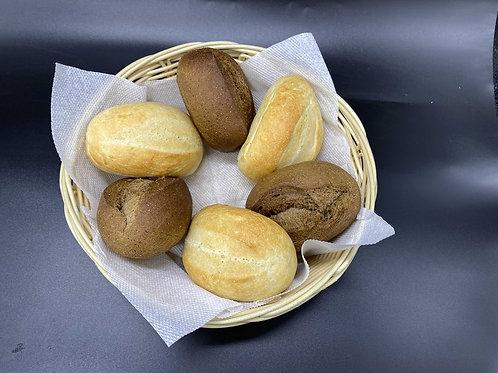 Свежеиспеченная булочка белая или бородинская