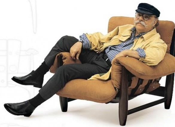 Sergio Rodrigues sentado na Poltrona Mole