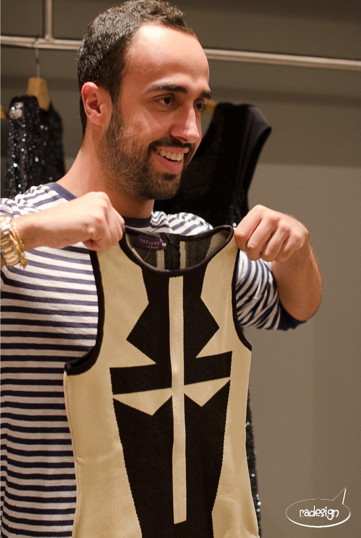 Yan Acioli mostrando sua criação.