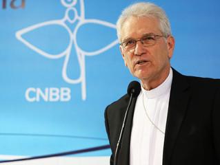 """Secretario-geral à BBC Brasil: """"A CNBB está discutindo essa questão [permanência do presidente no ca"""