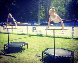 gimnastyczki na trampolinie