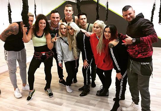 Just Jump Fitness Warszawa i Agnieszka Szaniawska instruktor fitness gości u siebie w klubie ekipę z programu Warsaw Shore telewizji MTV gdzie opowiada o zajęciach bungee fitness i wraz z uczestnikami ćwiczy.