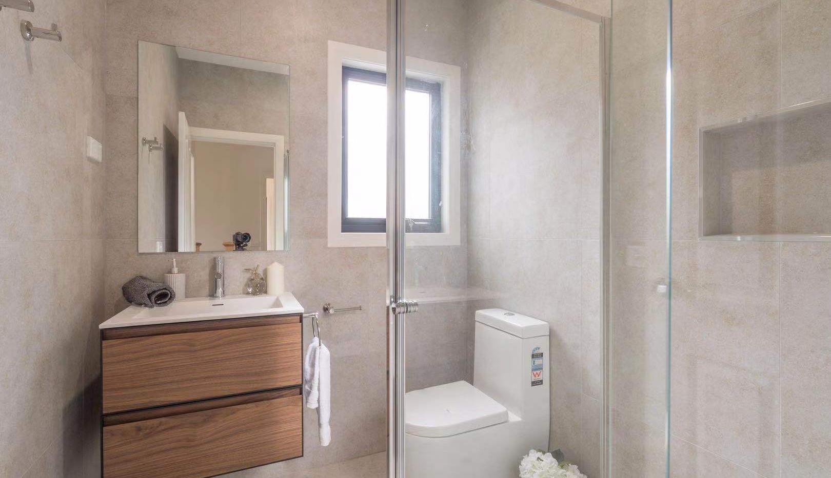 Hillview Ave Bathroom