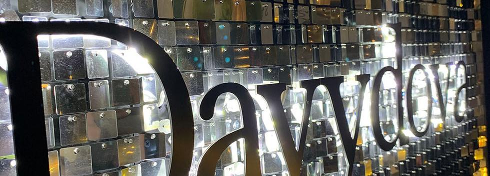 Живая вывеска с буквами с контражурной подсветкой