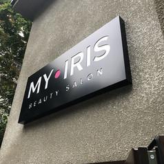 Композитный лайтбокс с инкрустацией логотипа салона красоты «MY IRIS»