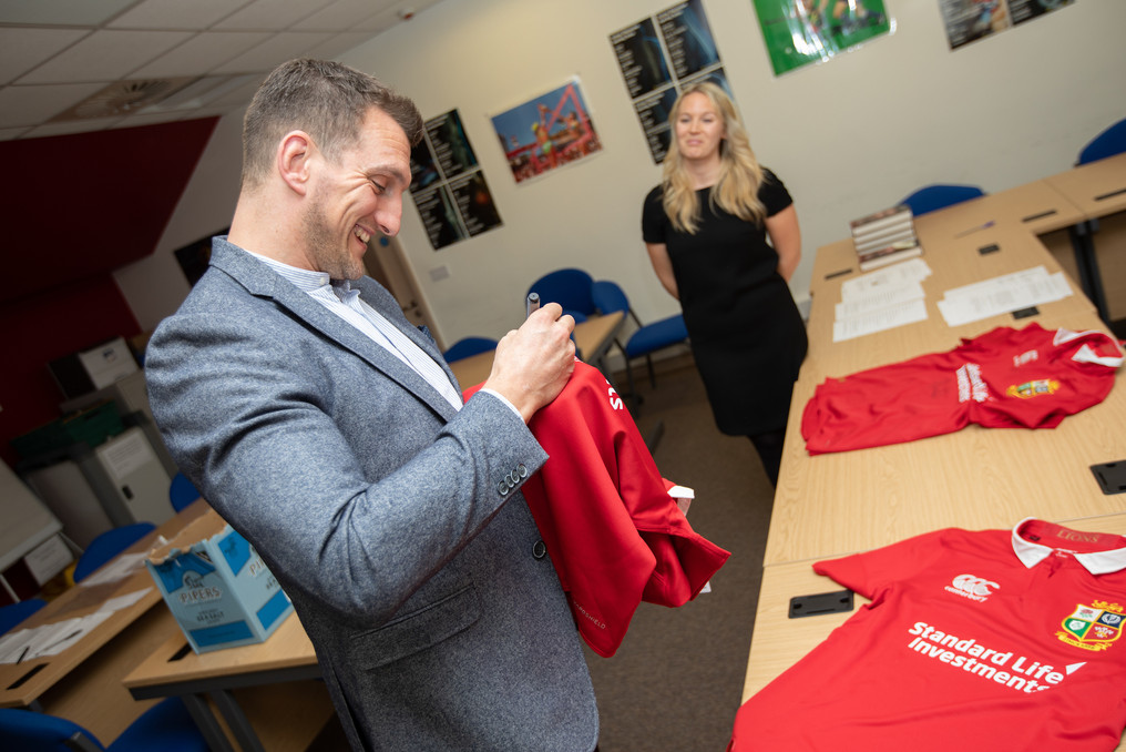 Sam Warburton signing Lions shirt 218 Ev