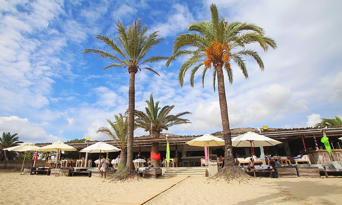 Gelungener Mix aus Beach Club und Chiringuito: Beachouse Ibiza