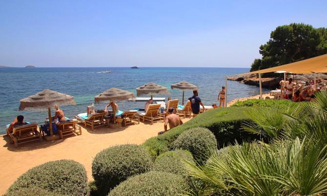 Entspannter Beachclub-Tipp in Santa Eulalia: Babylon Beach Ibiza