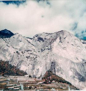 Vue du Haut-de-Cry à Chamoson depuis les vignes