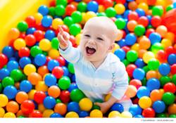 Kita Kind fröhlich beim spielen