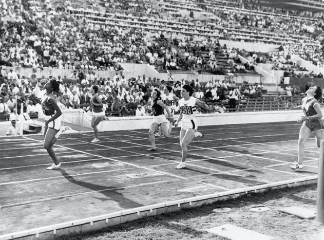 "Finale femminile 200 metri:  1° Rudolph 24""; 2°  Heine 24""4; 3° Hyman 24""7."