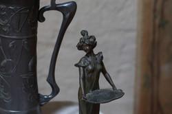 Particolare caffettiera inglese e statuetta francese stile Art Nouveau, foto Alice Godone
