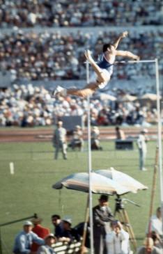 Don Bragg vincitore del salto con l'asta rigida con 4,70 metri.