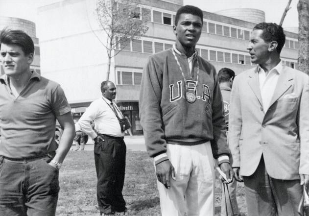 Cassius Clay a spasso nel villaggio olimpico.