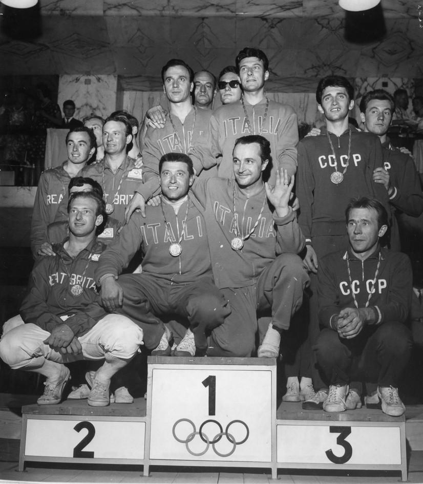 La squadra azzurra degli spadisti, vincitori della medaglia d'oro (2° GBR e 3° URSS).