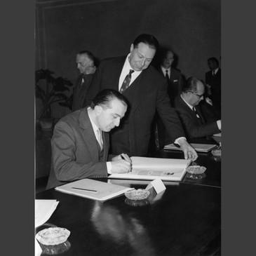 L'avv. Giulio Onesti, all'epoca presidente del CONI, artefice della rinascita dello sport nell'Italia del dopoguerra, con Giulio Andreotti, presidente del Comitato Organizzatore delle Olimpiadi romane.