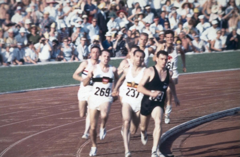 "800 metri: vince Peter Snell in 1'46""3; 2°Roger Moens in 1'46""5."